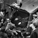 Roma, 9 maggio 1978 La famosa foto, scattata in Via Caetani, del ritrovamento del cadavere di Aldo Moro in una Renault 4.